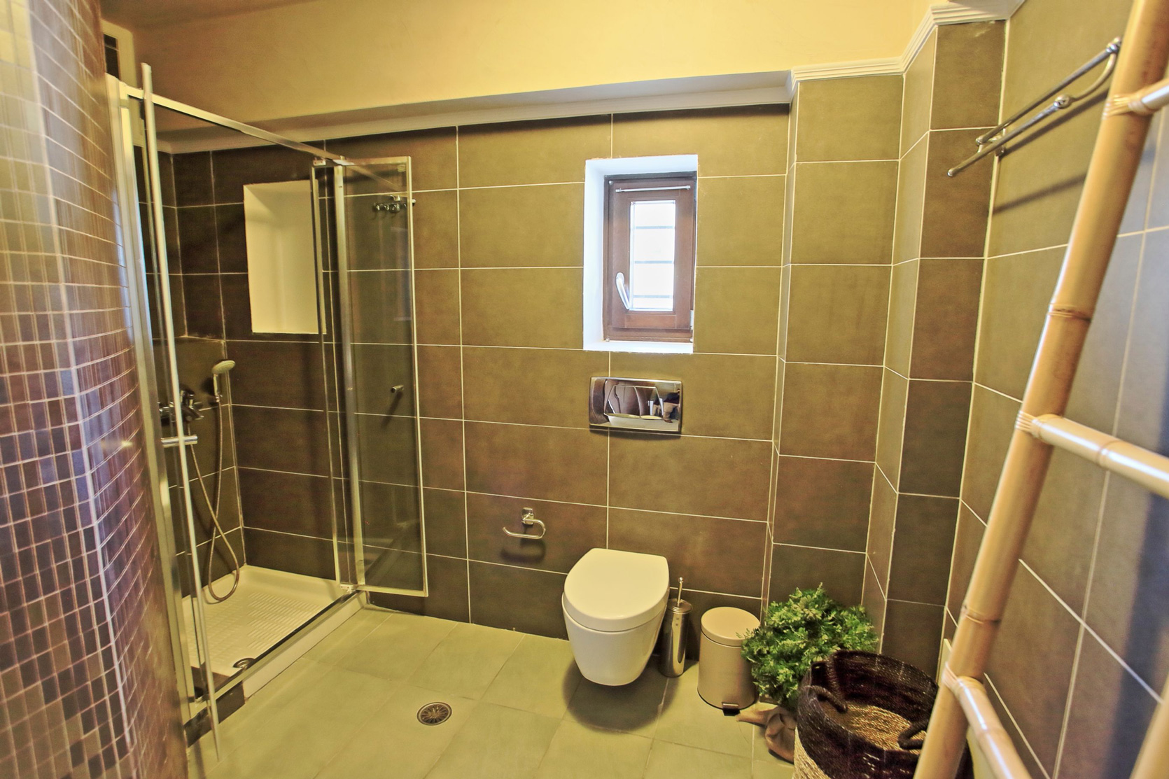 Irenes_Mansion_ground_shower_ensuite.jpg